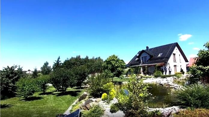 Dom wykorzystujący OZE otoczony pięknym ogrodem